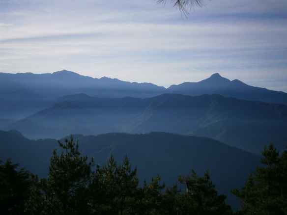 The air was clear, and to the east there was a great view of Nanhuda Shan (left), and Zhongyangjian Shan (right).